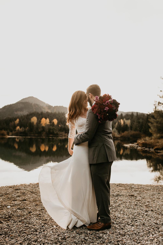 nicole-daacke-photography-mountain-view-elopement-at-gold-creek-pond-snoqualmie-washington-wa-elopement-photographer-photography-adventure-elopement-in-washington-fall-lakeside-golden-sunset-boho-fun-bride-0342.jpg