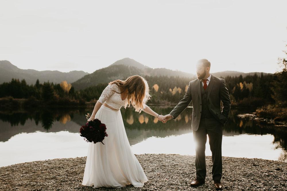 nicole-daacke-photography-mountain-view-elopement-at-gold-creek-pond-snoqualmie-washington-wa-elopement-photographer-photography-adventure-elopement-in-washington-fall-lakeside-golden-sunset-boho-fun-bride-0348.jpg