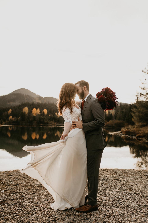 nicole-daacke-photography-mountain-view-elopement-at-gold-creek-pond-snoqualmie-washington-wa-elopement-photographer-photography-adventure-elopement-in-washington-fall-lakeside-golden-sunset-boho-fun-bride-0345.jpg