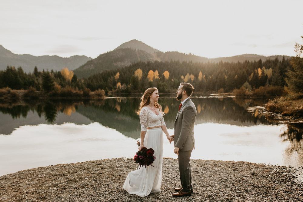 nicole-daacke-photography-mountain-view-elopement-at-gold-creek-pond-snoqualmie-washington-wa-elopement-photographer-photography-adventure-elopement-in-washington-fall-lakeside-golden-sunset-boho-fun-bride-0352.jpg