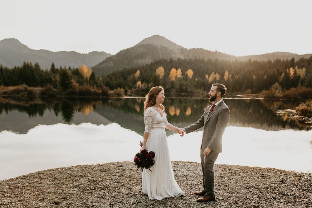 nicole-daacke-photography-mountain-view-elopement-at-gold-creek-pond-snoqualmie-washington-wa-elopement-photographer-photography-adventure-elopement-in-washington-fall-lakeside-golden-sunset-boho-fun-bride-0353.jpg