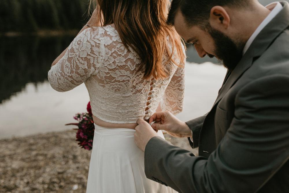 nicole-daacke-photography-mountain-view-elopement-at-gold-creek-pond-snoqualmie-washington-wa-elopement-photographer-photography-adventure-elopement-in-washington-fall-lakeside-golden-sunset-boho-fun-bride-0367.jpg