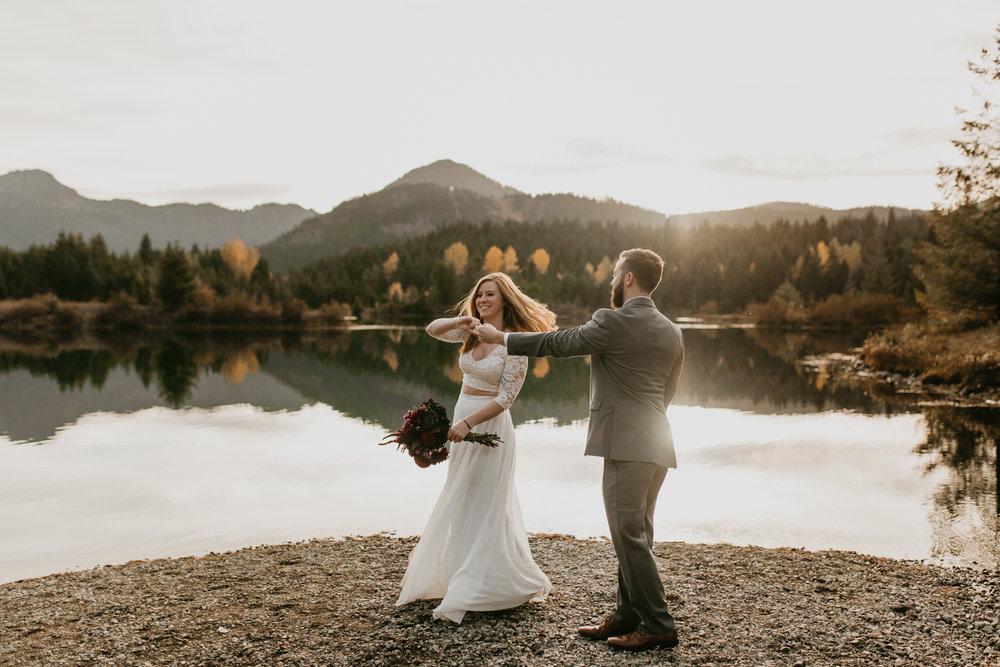 nicole-daacke-photography-mountain-view-elopement-at-gold-creek-pond-snoqualmie-washington-wa-elopement-photographer-photography-adventure-elopement-in-washington-fall-lakeside-golden-sunset-boho-fun-bride-0389.jpg
