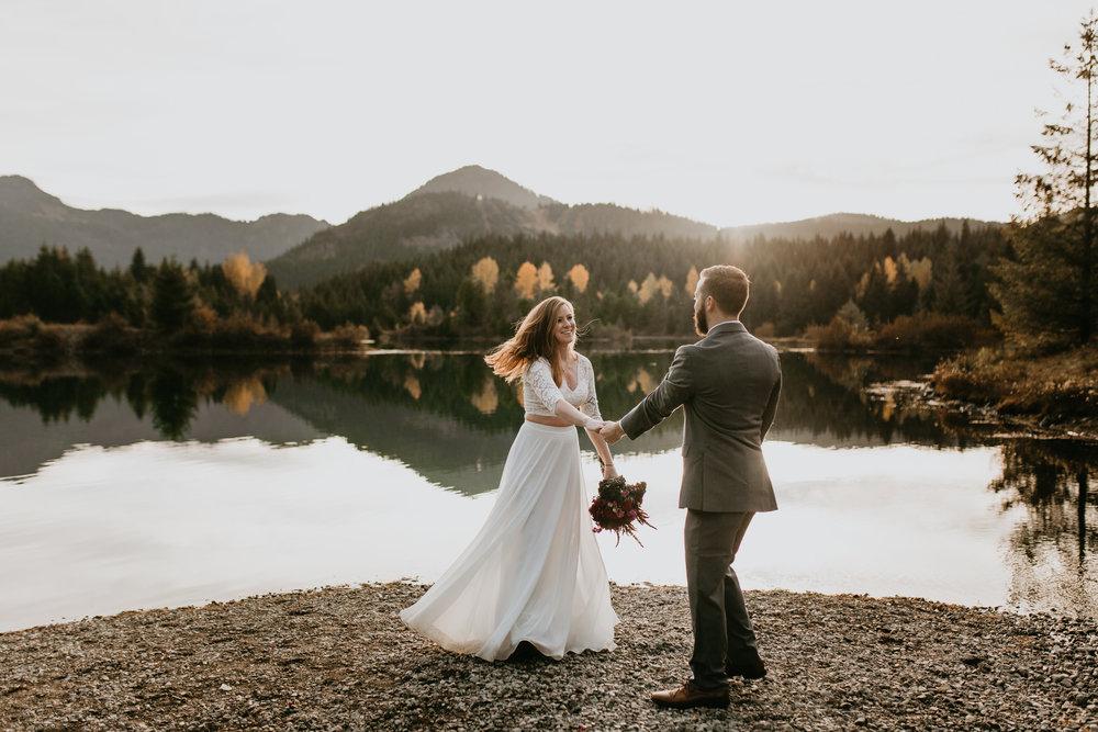 nicole-daacke-photography-mountain-view-elopement-at-gold-creek-pond-snoqualmie-washington-wa-elopement-photographer-photography-adventure-elopement-in-washington-fall-lakeside-golden-sunset-boho-fun-bride-0390.jpg