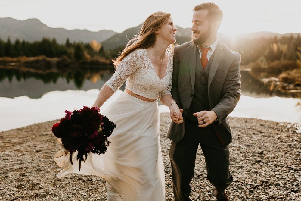 nicole-daacke-photography-mountain-view-elopement-at-gold-creek-pond-snoqualmie-washington-wa-elopement-photographer-photography-adventure-elopement-in-washington-fall-lakeside-golden-sunset-boho-fun-bride-0421.jpg