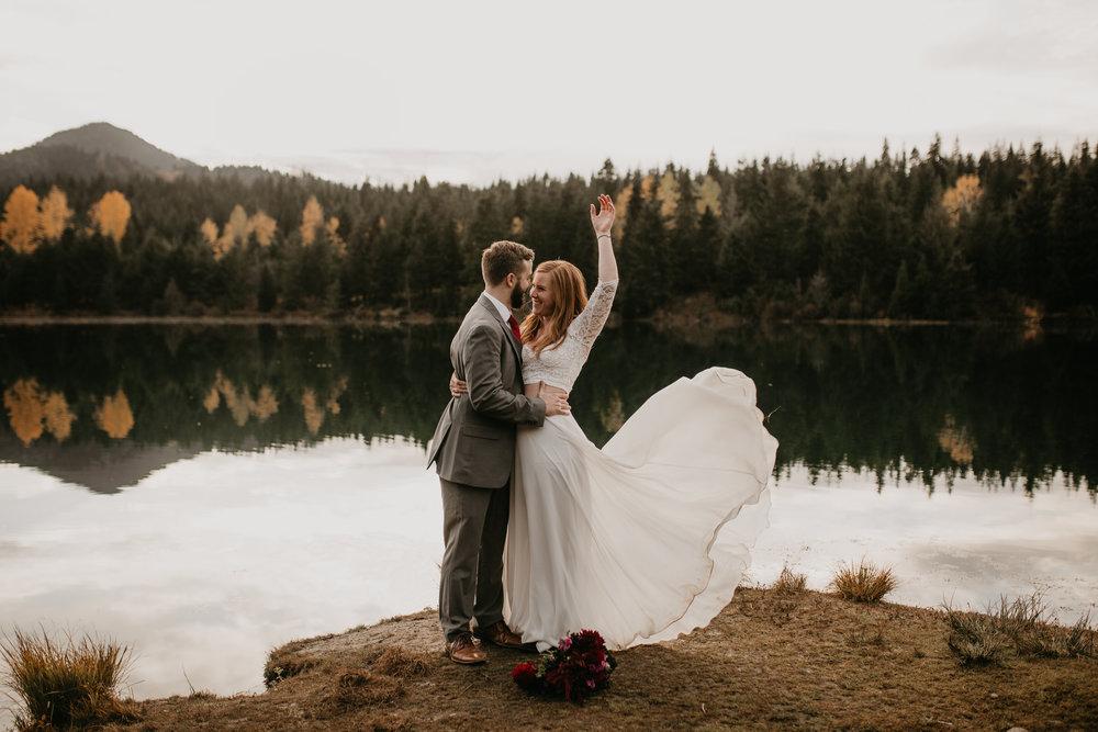 nicole-daacke-photography-mountain-view-elopement-at-gold-creek-pond-snoqualmie-washington-wa-elopement-photographer-photography-adventure-elopement-in-washington-fall-lakeside-golden-sunset-boho-fun-bride-0505.jpg