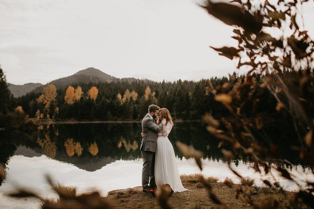 nicole-daacke-photography-mountain-view-elopement-at-gold-creek-pond-snoqualmie-washington-wa-elopement-photographer-photography-adventure-elopement-in-washington-fall-lakeside-golden-sunset-boho-fun-bride-0510.jpg