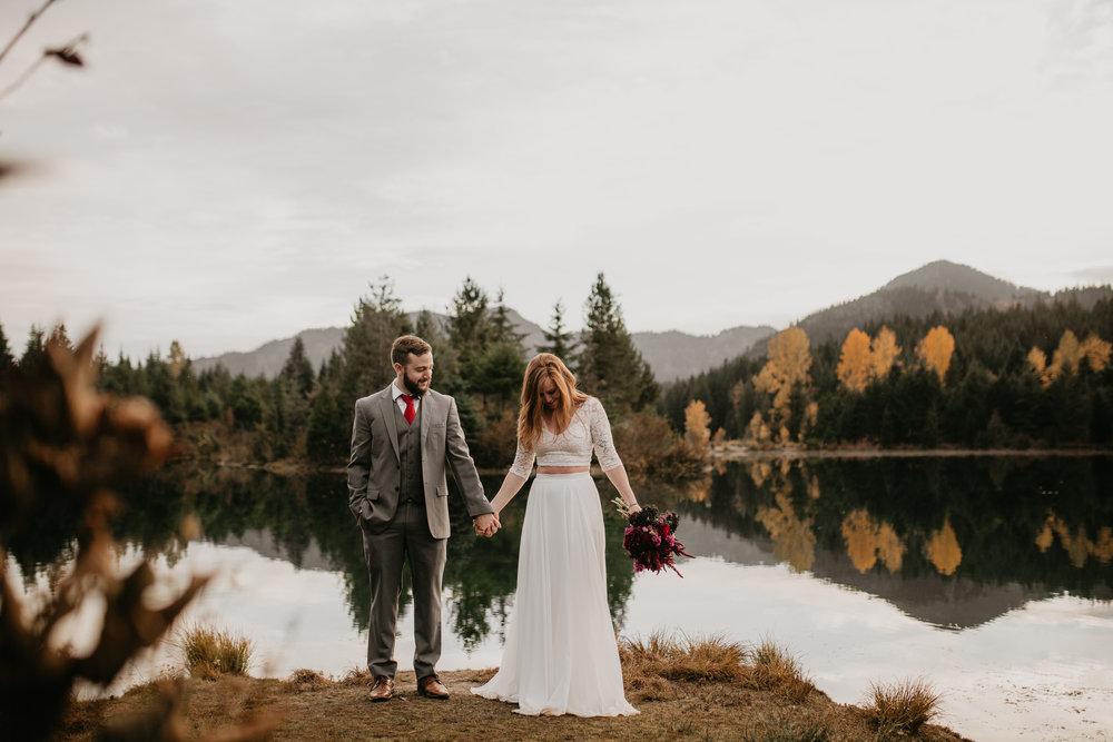 nicole-daacke-photography-mountain-view-elopement-at-gold-creek-pond-snoqualmie-washington-wa-elopement-photographer-photography-adventure-elopement-in-washington-fall-lakeside-golden-sunset-boho-fun-bride-0523.jpg