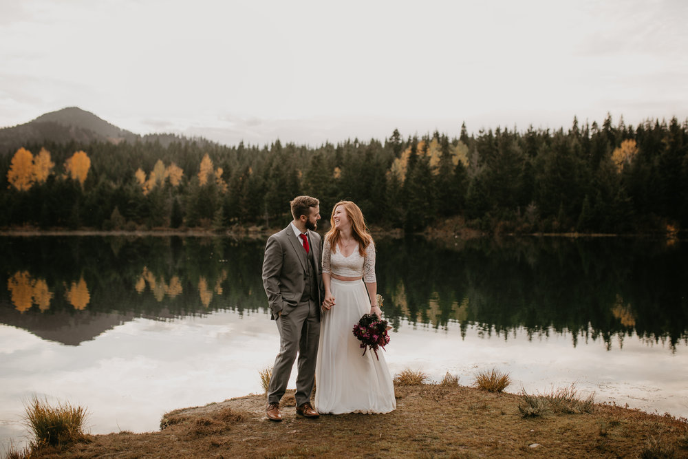 nicole-daacke-photography-mountain-view-elopement-at-gold-creek-pond-snoqualmie-washington-wa-elopement-photographer-photography-adventure-elopement-in-washington-fall-lakeside-golden-sunset-boho-fun-bride-0534.jpg