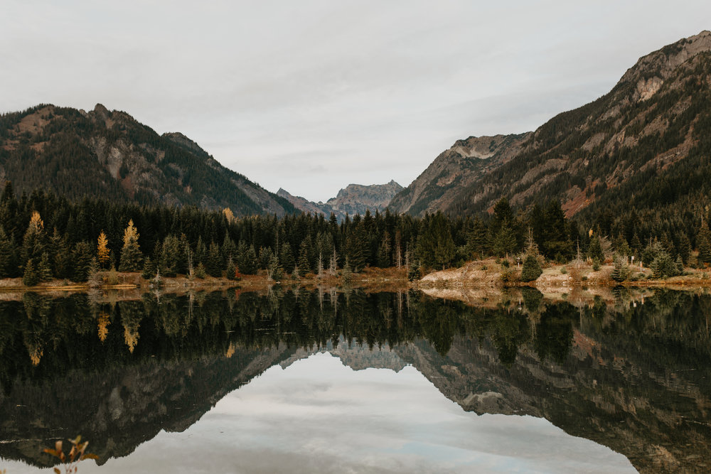 nicole-daacke-photography-mountain-view-elopement-at-gold-creek-pond-snoqualmie-washington-wa-elopement-photographer-photography-adventure-elopement-in-washington-fall-lakeside-golden-sunset-boho-fun-bride-0539.jpg