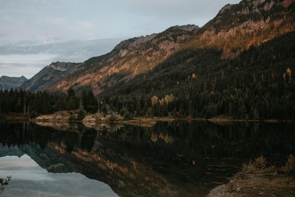 nicole-daacke-photography-mountain-view-elopement-at-gold-creek-pond-snoqualmie-washington-wa-elopement-photographer-photography-adventure-elopement-in-washington-fall-lakeside-golden-sunset-boho-fun-bride-0541.jpg