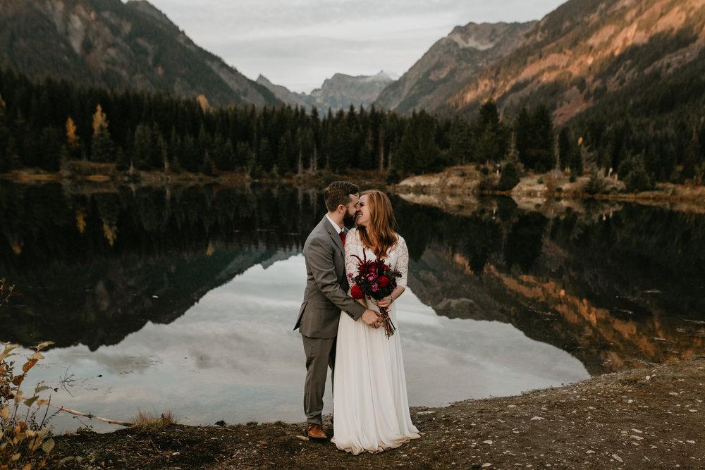 nicole-daacke-photography-mountain-view-elopement-at-gold-creek-pond-snoqualmie-washington-wa-elopement-photographer-photography-adventure-elopement-in-washington-fall-lakeside-golden-sunset-boho-fun-bride-0552.jpg