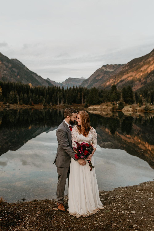 nicole-daacke-photography-mountain-view-elopement-at-gold-creek-pond-snoqualmie-washington-wa-elopement-photographer-photography-adventure-elopement-in-washington-fall-lakeside-golden-sunset-boho-fun-bride-0549.jpg