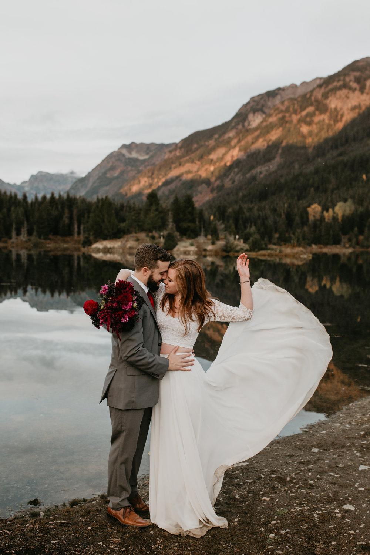 nicole-daacke-photography-mountain-view-elopement-at-gold-creek-pond-snoqualmie-washington-wa-elopement-photographer-photography-adventure-elopement-in-washington-fall-lakeside-golden-sunset-boho-fun-bride-0560.jpg