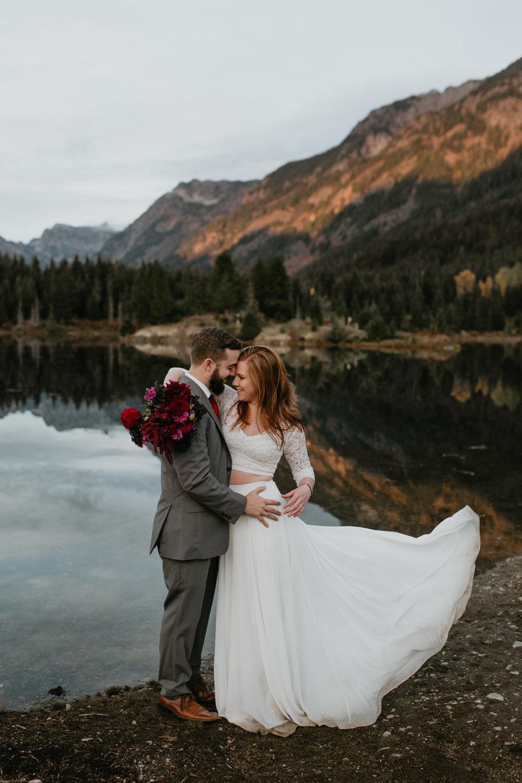 nicole-daacke-photography-mountain-view-elopement-at-gold-creek-pond-snoqualmie-washington-wa-elopement-photographer-photography-adventure-elopement-in-washington-fall-lakeside-golden-sunset-boho-fun-bride-0566.jpg