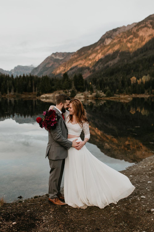 nicole-daacke-photography-mountain-view-elopement-at-gold-creek-pond-snoqualmie-washington-wa-elopement-photographer-photography-adventure-elopement-in-washington-fall-lakeside-golden-sunset-boho-fun-bride-0567.jpg