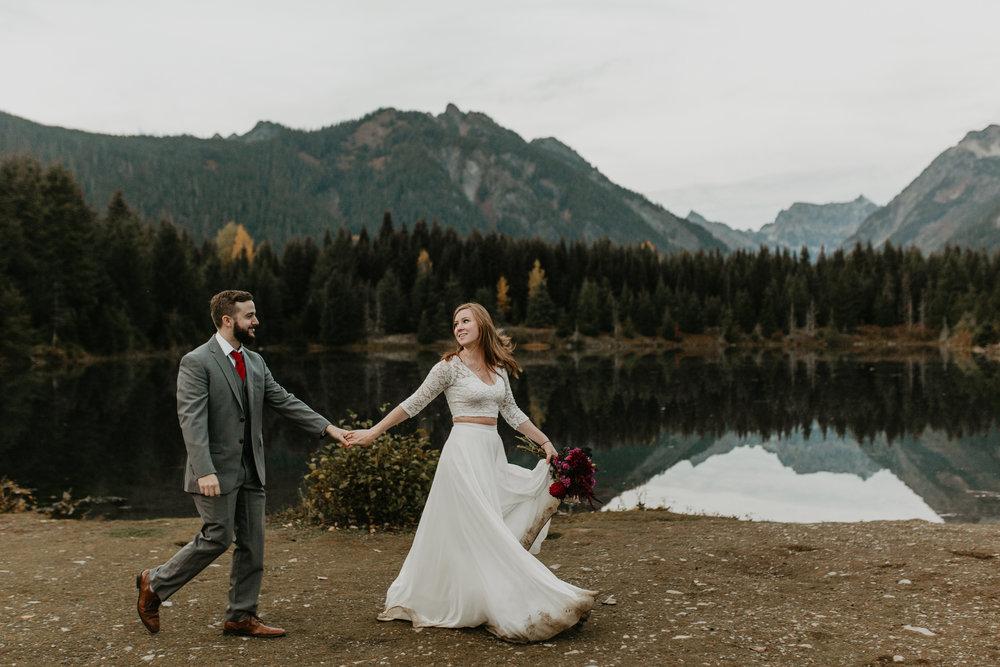 nicole-daacke-photography-mountain-view-elopement-at-gold-creek-pond-snoqualmie-washington-wa-elopement-photographer-photography-adventure-elopement-in-washington-fall-lakeside-golden-sunset-boho-fun-bride-0649.jpg