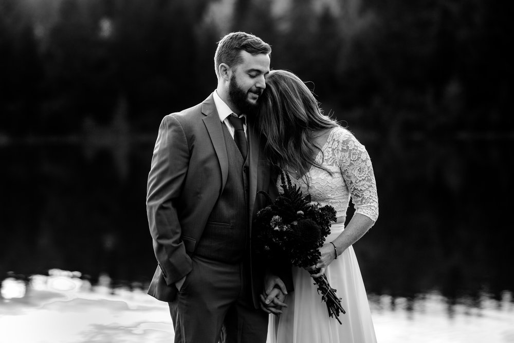 nicole-daacke-photography-mountain-view-elopement-at-gold-creek-pond-snoqualmie-washington-wa-elopement-photographer-photography-adventure-elopement-in-washington-fall-lakeside-golden-sunset-boho-fun-bride-2799.jpg