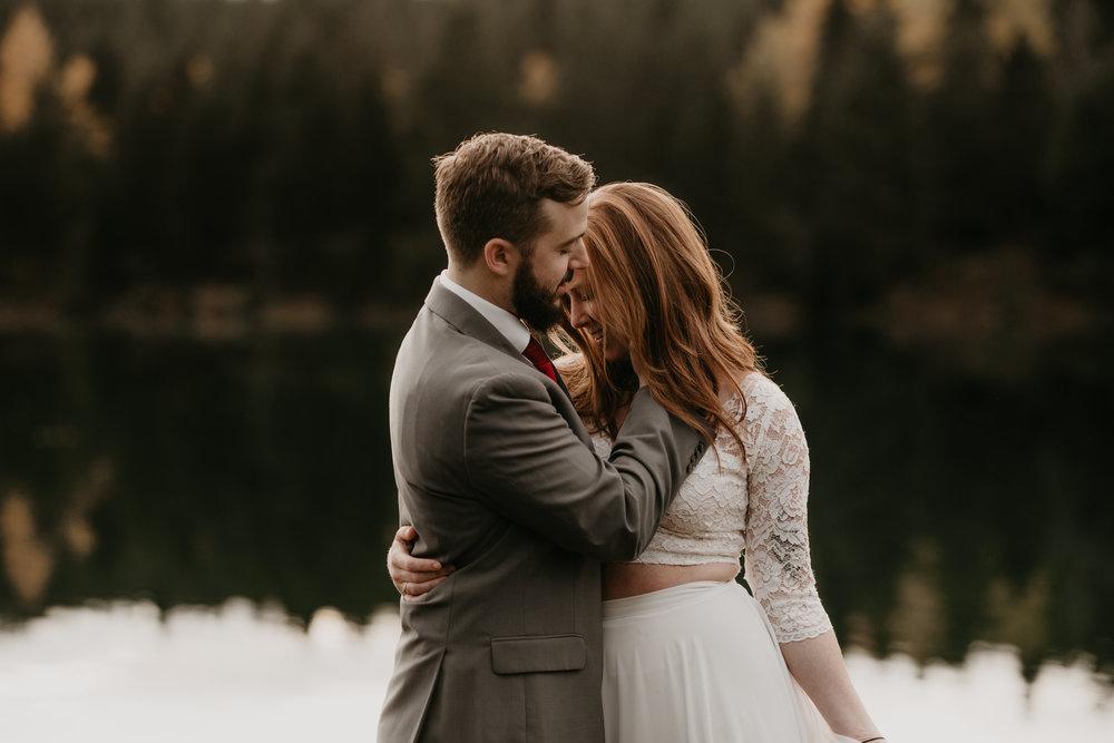 nicole-daacke-photography-mountain-view-elopement-at-gold-creek-pond-snoqualmie-washington-wa-elopement-photographer-photography-adventure-elopement-in-washington-fall-lakeside-golden-sunset-boho-fun-bride-2814.jpg
