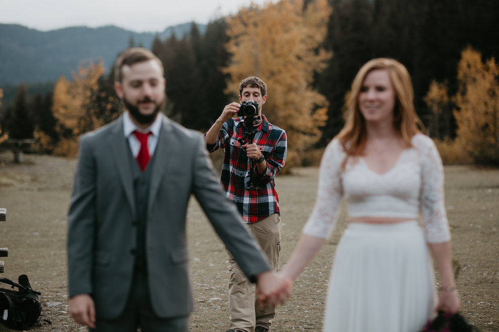 nicole-daacke-photography-mountain-view-elopement-at-gold-creek-pond-snoqualmie-washington-wa-elopement-photographer-photography-adventure-elopement-in-washington-fall-lakeside-golden-sunset-boho-fun-bride-2833.jpg