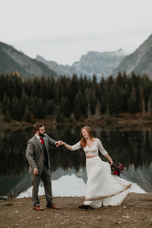 nicole-daacke-photography-mountain-view-elopement-at-gold-creek-pond-snoqualmie-washington-wa-elopement-photographer-photography-adventure-elopement-in-washington-fall-lakeside-golden-sunset-boho-fun-bride-2858.jpg