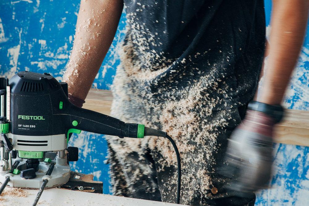 Trabajarás con herramientas y máquinas de carpintería de calidad.