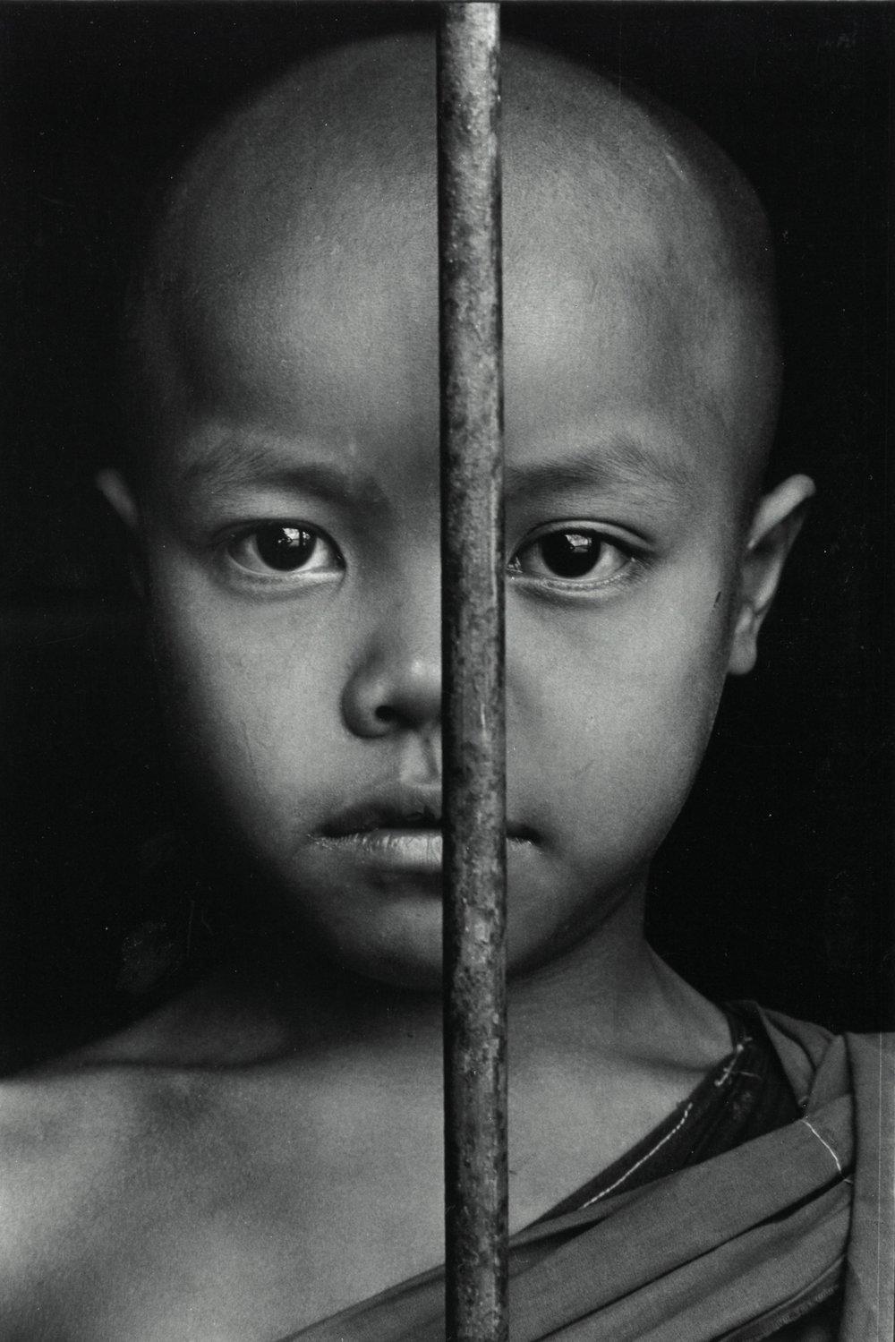 Enfant au monastère, Birmanie, 1987, photographie argentique, tirage réalisé par J.-C. Wicky, coll. privée © Ayants droits