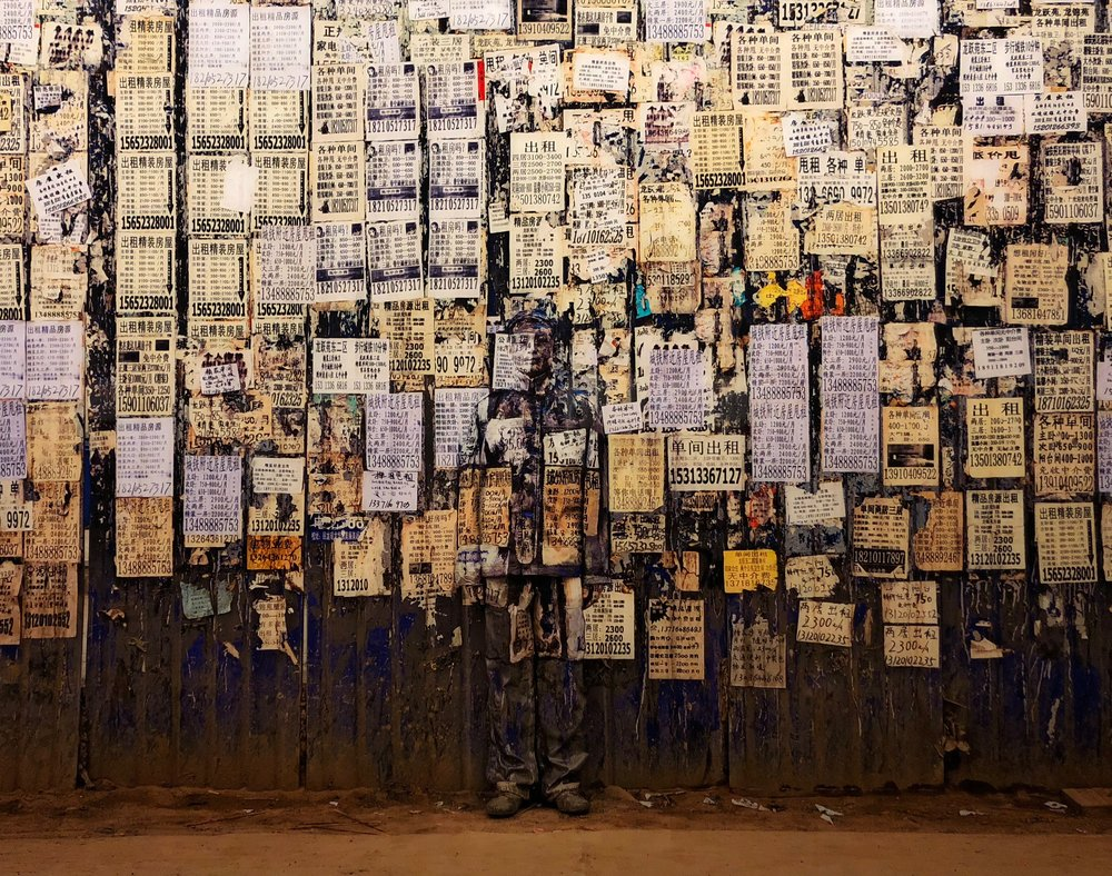 "Info Wall, ""Hiding in the City"", 2011 © Liu Bolin / Courtesy Galerie Paris-Beijing"