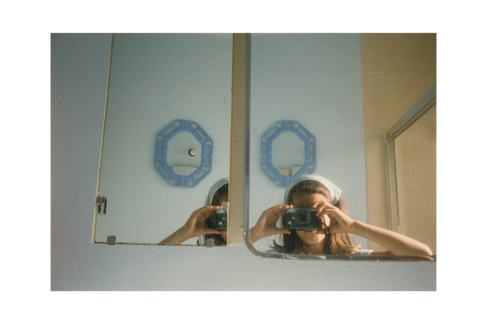Anne Collier, aus der Serie Women With Cameras (Self Portrait), 2017 © Anne Collier Courtesy of the artist; Anton Kern Gallery, New York; Galerie Neu, Berlin; and The Modern Institute/Toby Webster Ltd., Glasgow