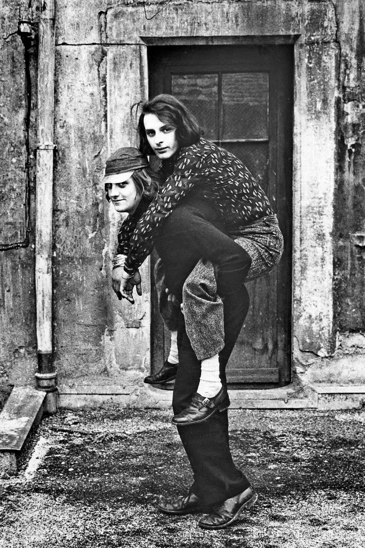 ©Willy Spiller, Huckepack, David Weiss und Urs Lüthi, vor dem Künstleratelier, Stüssihof, Zürich 1970