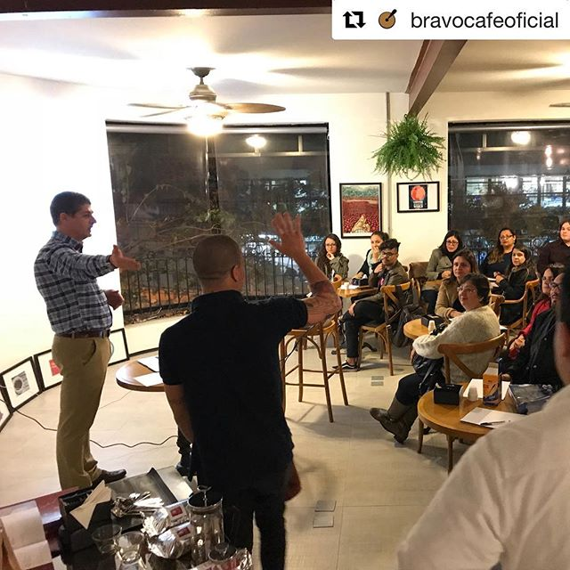 #Repost @bravocafeoficial with @get_repost ・・・ Ontem tivemos o curso de Coffee Lovers, na Academia Bravo, com o mestre do café @edgardbressani #coffeelover #cursodecafe #cafegourmet #coffeeclass