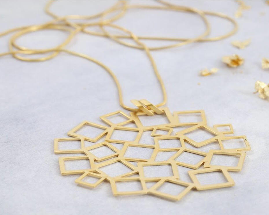 The gold pendant on this delicate necklace can accompany any outfit!