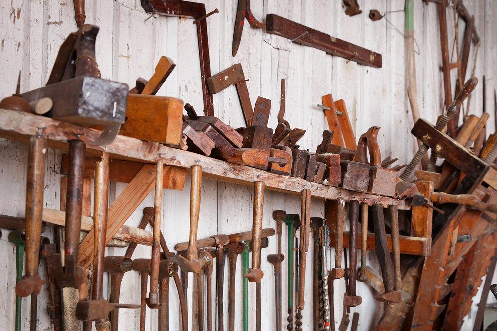 Diverse håndverktøy brukt av skipstømmermennene.