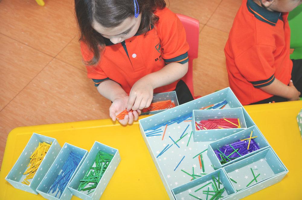 Estimulació primerenca - Estimulem els alumnes perquè generin tantes connexions neuronals como sigui possible. El nostre objectiu és que tinguin èxit en la seva vida acadèmica i personal tenint en compte les seves aptituds i personalitat.Preparem els alumnes perquè siguin multilingües i se sentin còmodes parlant en anglès, castellà, català, així com amb altres llengües que oferim a l'escola.Eduquem els nens i nenes a través de la creativitat i la innovació, oferint un ensenyament de gran qualitat.