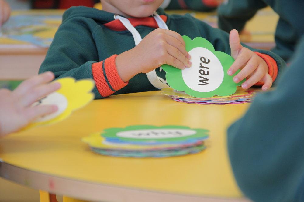 British Curriculum - Nos aseguramos de que nuestros alumnos cumplan con el British Curriculum y trabajamos para desarrollar sus conocimientos, comprensión, habilidades y competencias, rasgos esenciales para triunfar en un mundo y una sociedad en constante cambio y evolución. Nuestro objetivo es ayudar a los alumnos a ser creativos, curiosos y que colaboren entre ellos.A través de los valores de nuestra escuela estimulamos a los alumnos para que se conviertan en pensadores independientes y creativos y para que aprendan a trabajar individualmente y en grupo de forma efectiva.También les enseñamos a ser respetuosos con ellos mismos, con los demás y con el medio ambiente, asumiendo la responsabilidad de sus propias acciones y dándoles todas las herramientas para que tomen las decisiones más correctas para ellos.