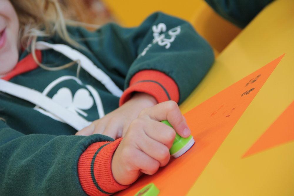 Pre-Nursery i Early Years: de 0 a 5 anys. - En l'etapa de Pre-Nursery i Early Years tenim una excel·lent oportunitat d'estimular els nens i nenes per generar el major número possible de connexions sinàptiques. Per aquesta raó la nostra multilingual pre-school és l'opció ideal per aquesta etapa de la seva vida.És en aquest moment que el seu cervell es troba en un estat de màxima adaptabilitat i desenvolupament. Hem seleccionat els millors mètodes internacionals d'ensenyament perquè els nens i nenes es converteixin en multilingües des dels primers mesos de la seva vida, augmentant així el seu potencial i desenvolupant habilitats que potenciaran la seva creativitat, concentració, memòria i coordinació psicomotriu, a més d'ajudar-los en la resolució de problemes.