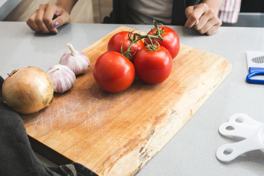 tomatoes-garlic-on-cutting-board_925x.jpg