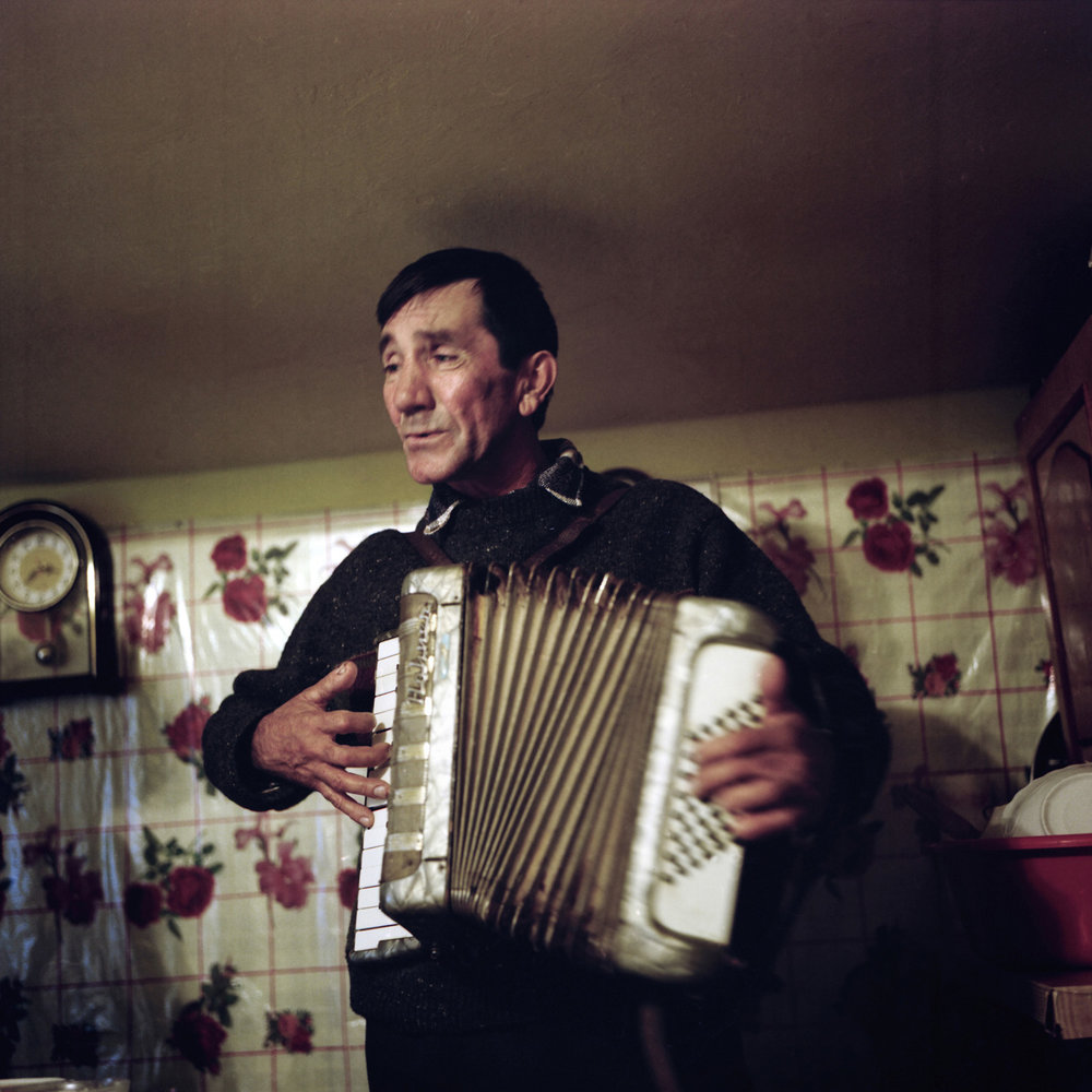 Valentin Baraliteanu decided to pay all his taxes to be allowed to become a fisherman. Once all this money is deduce, he cannot earn his life anymore with this work. During the communism, he was a musician for the mariages and the officials parties.