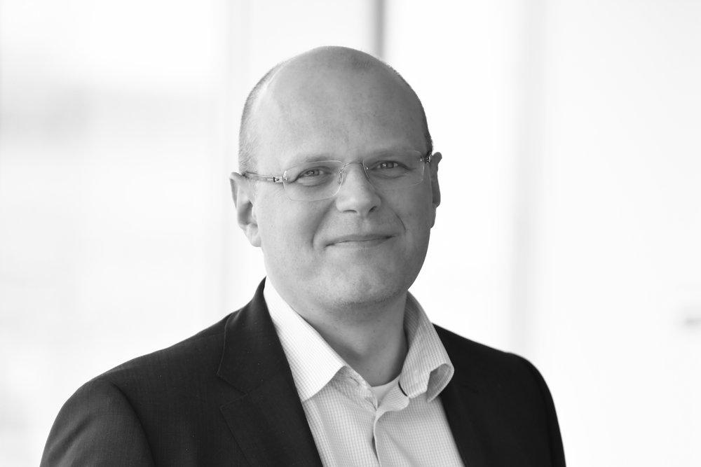 Björn - Björn Henriksson / Toimitusjohtaja ja partneri Ruotsin tiimiämme johtaa pieni tiimi, jota johtaa Björn Henriksson. Hän on toiminut erilaisissa johtavissa tehtävissä teollisuudessa operatiivisena johtajana, kehitysjohtajana ja eri liiketoiminta-alueiden johtajana. Ennen nykyistä tehtäväänsä hän toimi SVP PBU Transfer Solutions tehtävissä Etac AB:lla. Hänellä on lähes 10 vuoden kokemus konsultointitehtävistä, Arthur D. Little – yrityksestä, jossa hänen paneutui mm. autoteollisuuden liiketoiminnan haasteisiin. Björn työskenteli myös puolitoista vuotta Electroluxilla Italiassa. Björn on koneenrakennusinsinööri ja hänellä on myös tekniikan lisensiaattitutkinto Lundin teknisestä korkeakoulusta.+46 (0)76 100 18 86 /bjorn.henriksson@nordicinterim.com