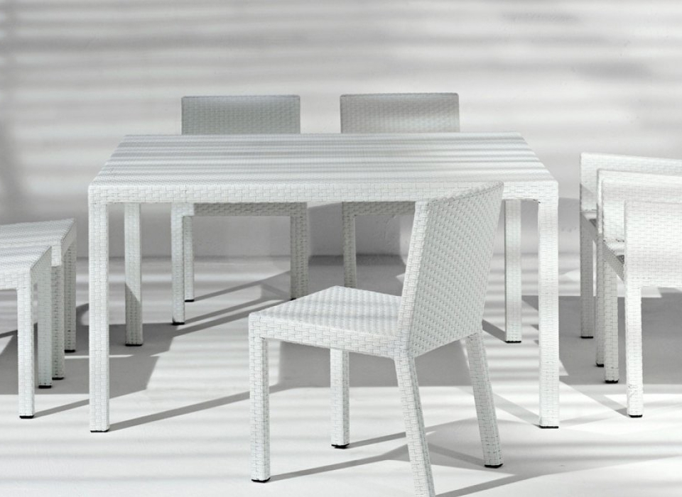 gervasoni inout 233 table - Table in handwoven,aluminium frame, available in white.