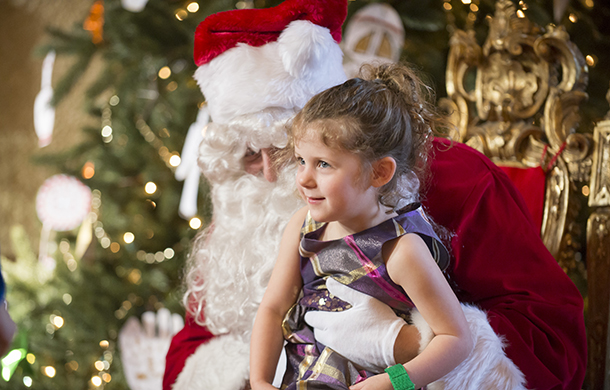 181216_Santa-Visits-the-Rosen-House©Gabe-Palacio_610x390.jpg