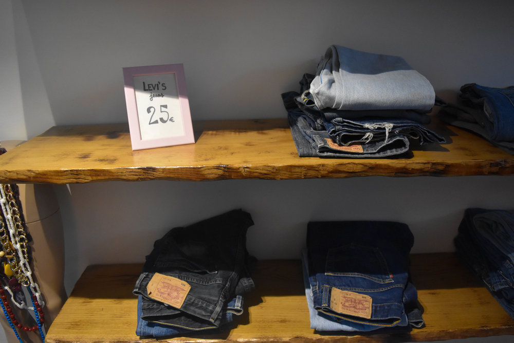 Multiple Sizes and jean colors at 25€.