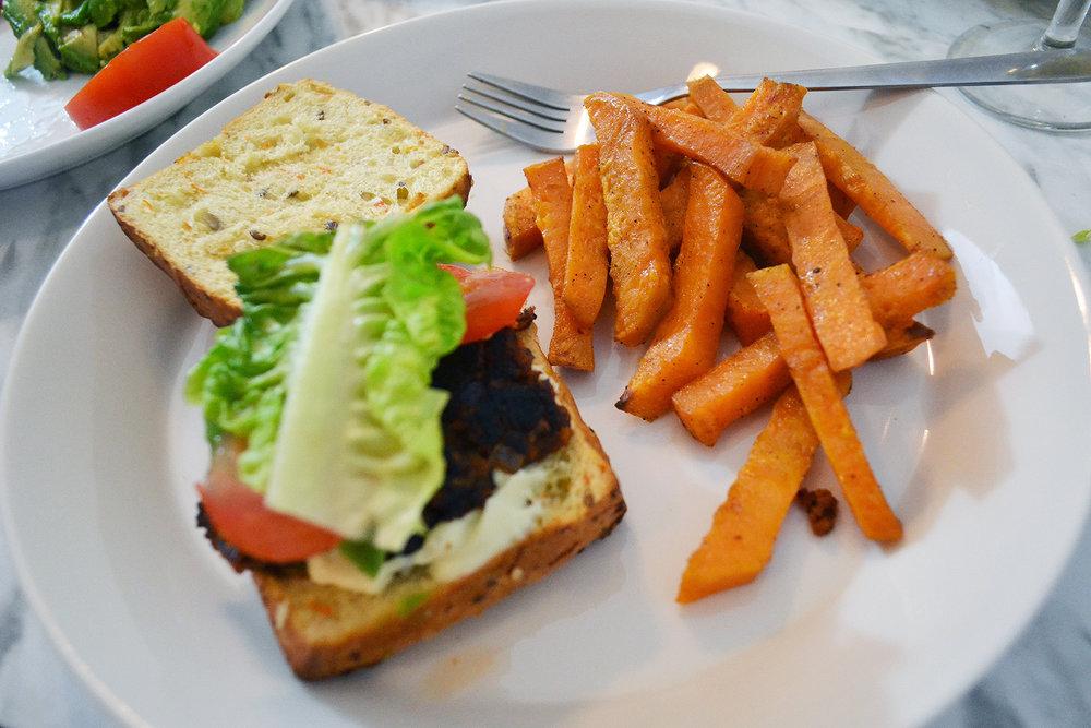 Vegaaninen burgeri bataattiranuilla