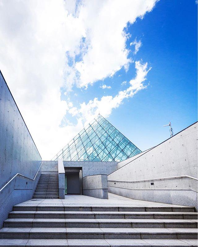 冬にこういう真っ青な空がなかなか見れないのは水蒸気が少ないからだと思う☁️ Symmetric shapes taken asymmetrically 💎 #moerenumapark #osamunoguchi #sapporo