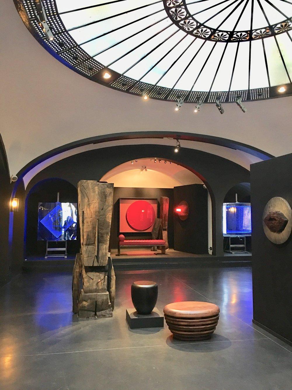 photo mouche cousue - secret gallery - les oeuvres lumineuses de l'artiste Emmanuelle Rybojad sont en bleu sur les côtés - Miroir Rouge Japon et banquette KIMANI de Reda Amalou design