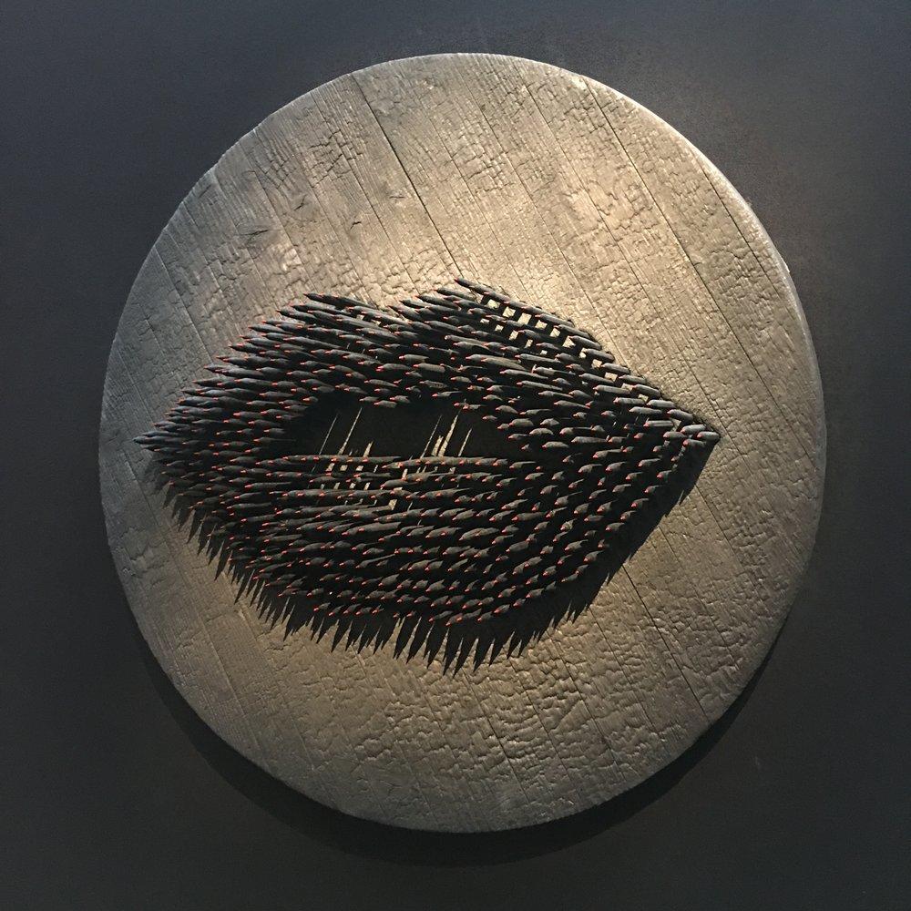 photo mouche cousue - secret gallery - oeuvre de Sacha Haillote  Il s'agit de crayons brûlés avec la mine repeinte.