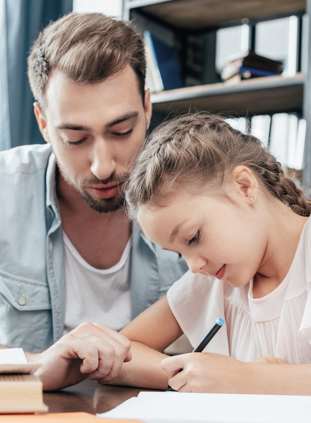 Tavoitteemme - Tavoitteenamme on opettajien, opettajaopiskelijoiden ja ohjaavien opettajien näkökulmasta:·Lisätä osallistujien tietoisuutta ammatilliseen vuorovaikutukseen liittyvistä ilmiöistä· Laajentaa osallistujien kykyä nähdä ja hyödyntää vaihtoehtoisia toimintatapoja erilaisissa opetukseen liittyvissä vuorovaikutustilanteissa· Kannustaa osallistujia luomaan positiivista johtajuutta ja positiivista oppimisilmapiiriä, vaikka ammatilliseen vuorovaikutukseen liittyisi ehkä myös kielteisiätunteita.· Lisätä osallistujien esiintymisvarmuutta ja vähentää sosiaalista stressiä opetukseen liittyvissä vuorovaikutustilanteissa.