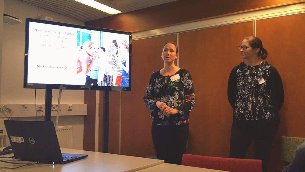 Miia ja Anu Kasvatustieteen päivillä kertomassa opettajan ja oppilaiden vuorovaikutusta käsittelevistä tutkimuksistaan.
