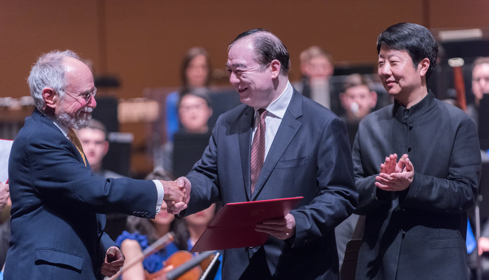 Bard College Conservatory of Music Director Robert Martin and President Yu Feng of the Central Conservatory of Music celebrate the Chinese Music Development Initiative. 巴德音乐学院院长罗伯特马丁和中央音乐学院俞峰院长签署《中国音乐发展计划》
