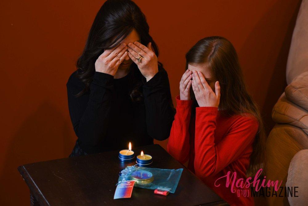 Licht bentching using the Shabbat Travel Kit